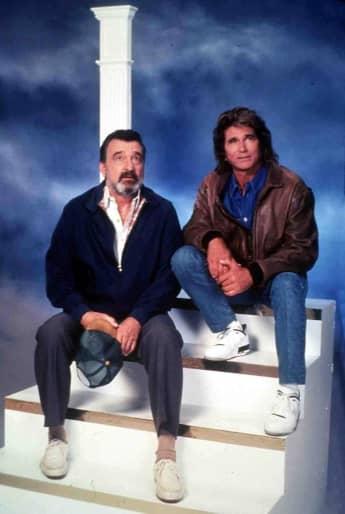 Victor French y Michael Landon en una imagen promocional de la serie 'Camino al cielo'