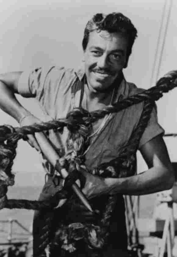 El actor Cesar Romero (The Joker) fotografiado trabajando en un barco durante su tiempo en el Servicio de Guardacostas, alrededor de 1943.
