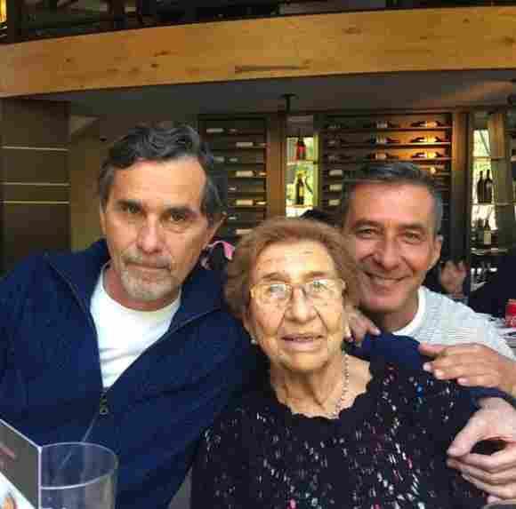 Humberto Zurita junto a su madre y hermano Gerardo