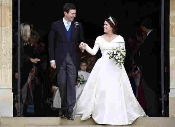 Jack Brooksbank y su esposa, la princesa Eugenia, saliendo de la Capilla de San Jorge.