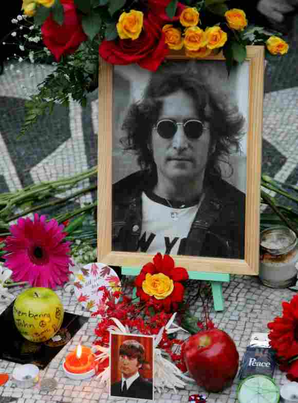 Homenaje a John Lennon afuera del edificio Dakota en Nueva York