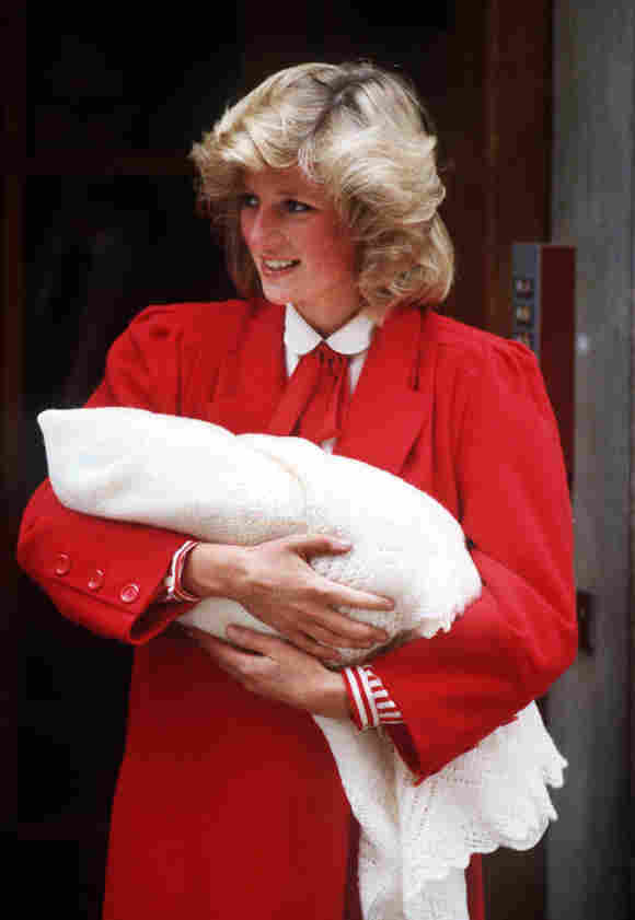 La Princesa Diana y un recién nacido Príncipe Harry saliendo del hospital en 1981