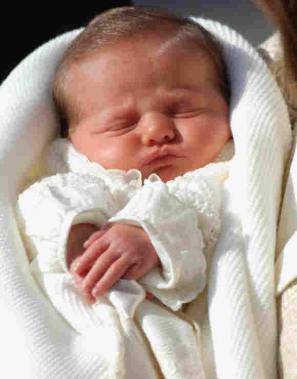 La Princesa Leonor de España es presentada a su salida del hospital en 2005