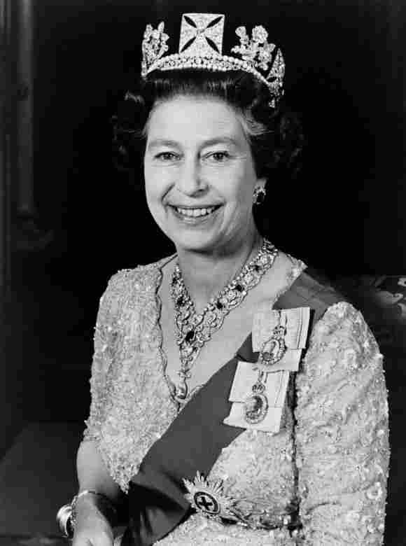 El retrato oficial publicado en junio de 1987 y tomado en el Palacio de Buckingham muestra a la Reina Isabel II, vestida con un vestido dorado con una diadema de principios del siglo XIX hecha para George IV.