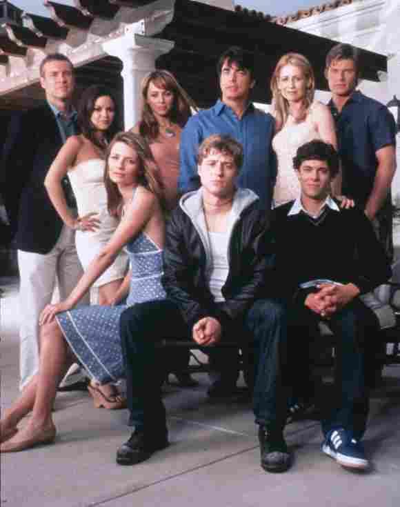 Ben McKenzie, Misha Barton, Adam Brody, Rachel Bilson, Peter Gallagher, Kelly Rowan, Melinda Clarke y el elenco de 'The O.C.', en una imagen promocional de la serie