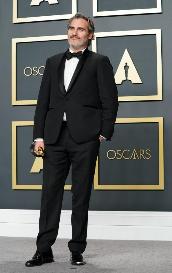 Joaquin Phoenix posa en la sala de prensa de los Oscar 2020 con el trofeo al Mejor Actor para Joker.
