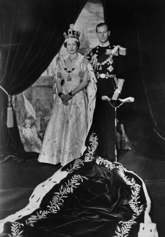 El príncipe Felipe posa con la reina Isabel II en su coronación el 2 de junio de 1953.