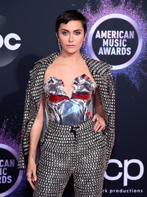 Alyson Stoner asiste a los American Music Awards 2019 en Microsoft Theatre el 24 de noviembre de 2019