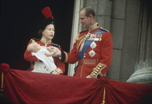 La Reina Isabel y el Príncipe Felipe presentando a su cuarto hijo el Príncipe Eduardo en el cumpleaños de la reina de 1964